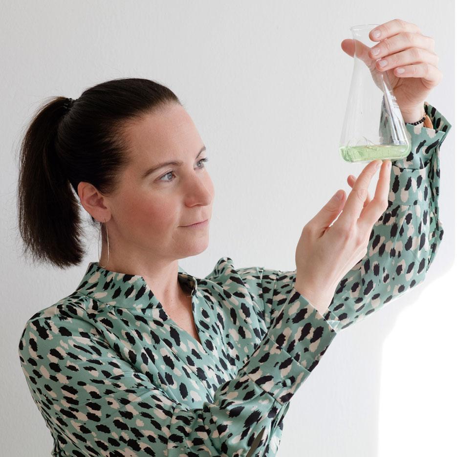 Dr. Julia Mader prüft Laborergebnis